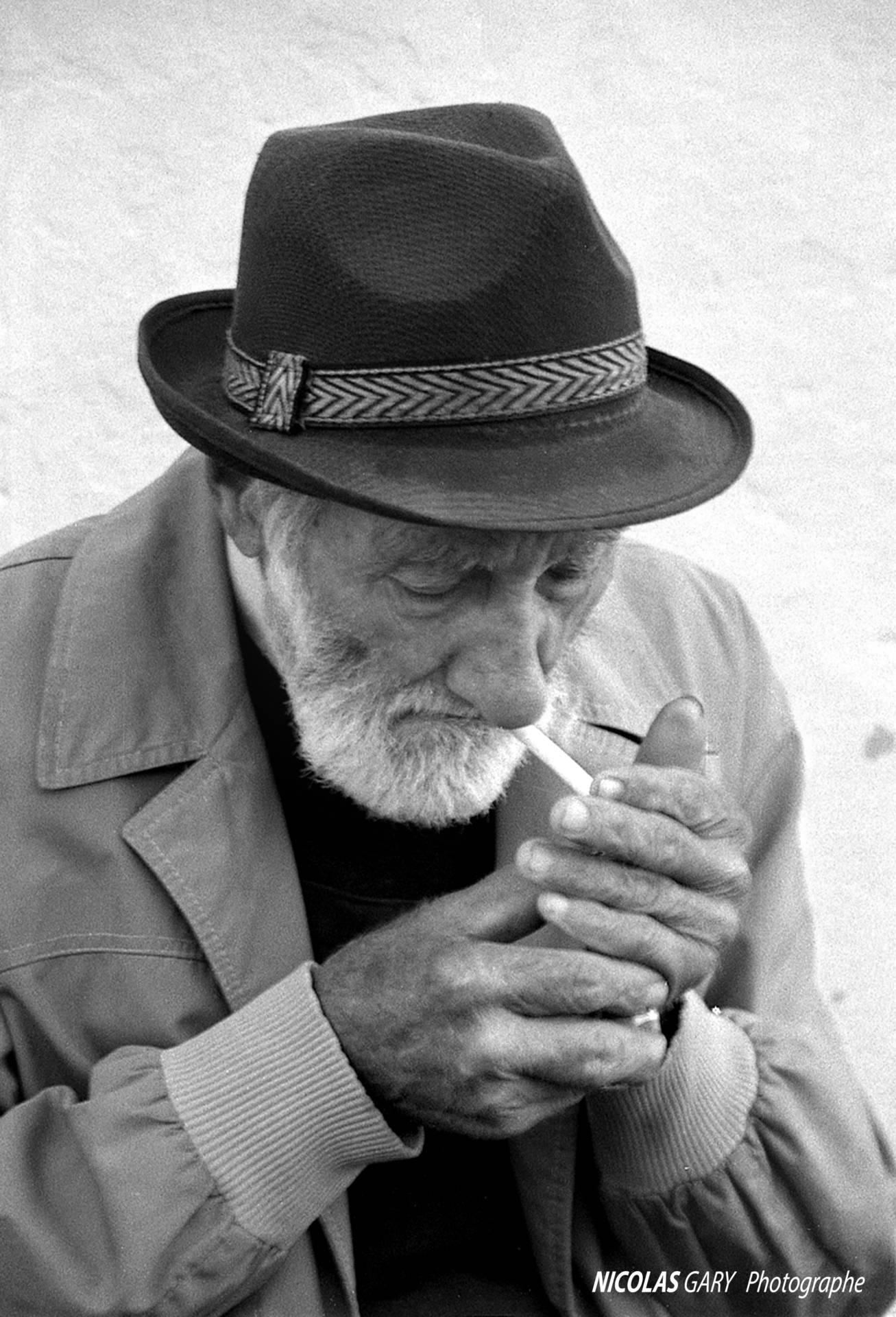 photographe de talent à Saint-Céré | portrait vieil homme allumant sa cigarette
